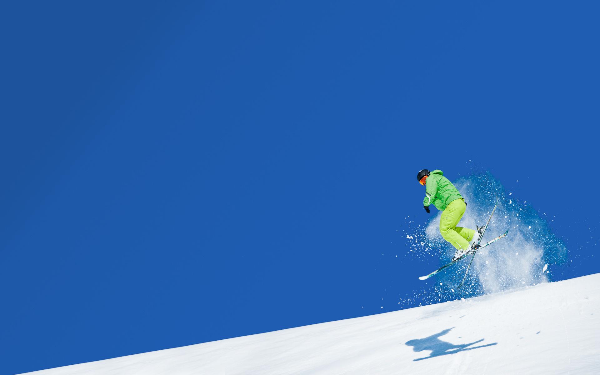 Лыжный спорт лыжник спускается со