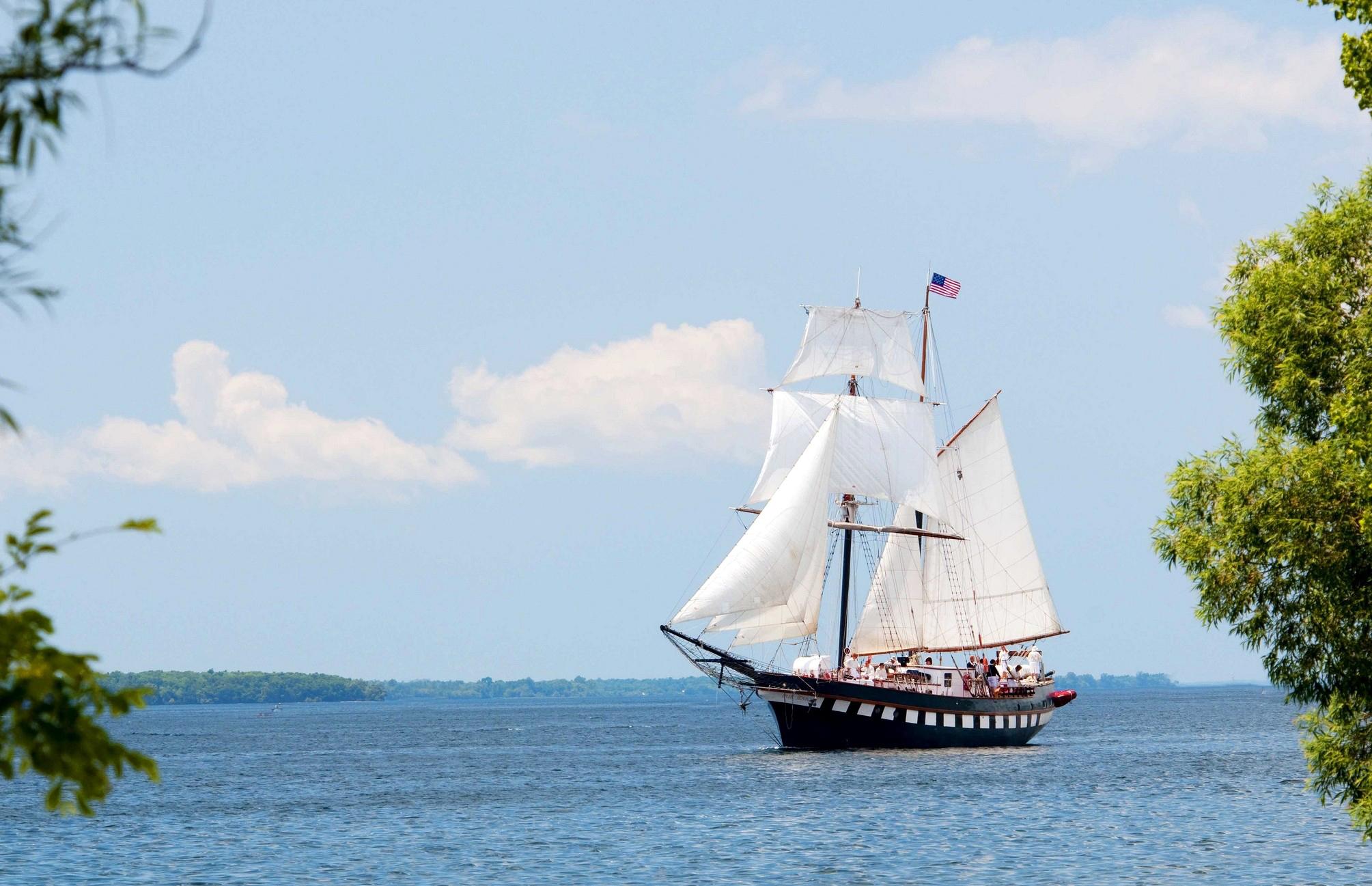 Корабль с белыми парусами плывет по