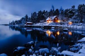 Картинка зимний дом в лесу в ярких